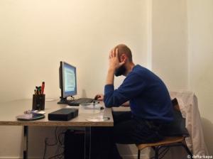 Sasha in Berlin vor seinem Computer